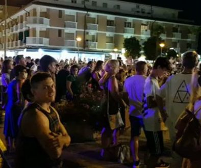 Bibione_by_Night_-_a_lot_of_people.2